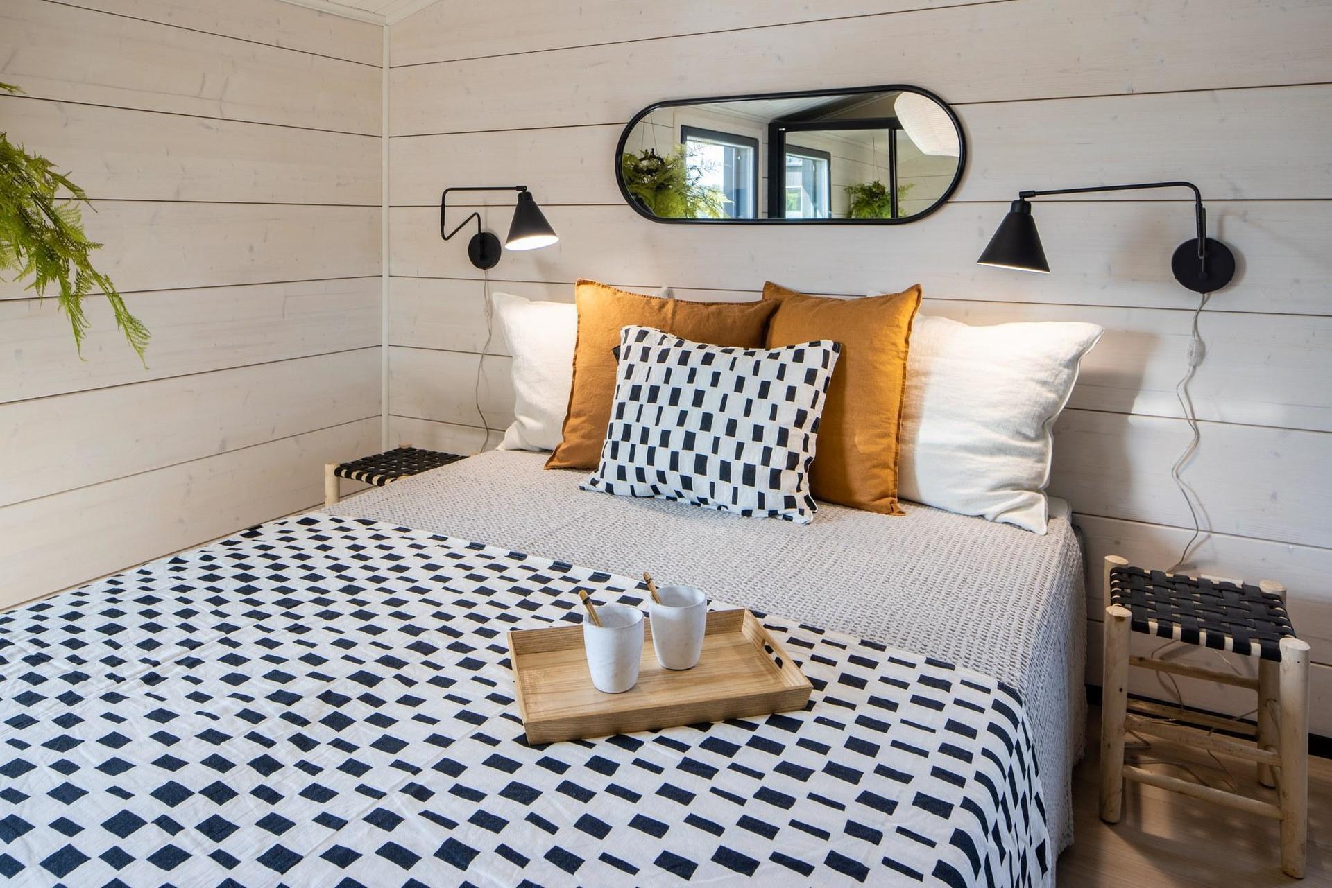 Finnlamelli Linnamajurin makuuhuone modernilla tasanurkalla
